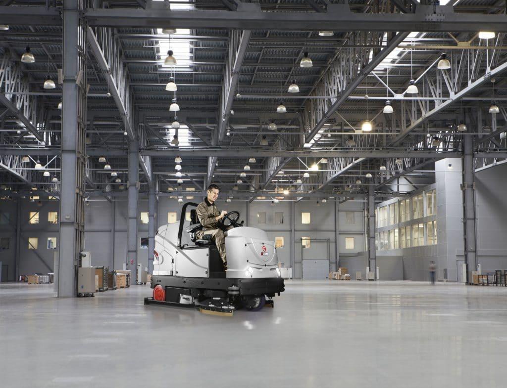 comac-c130-lavasciuga-pavimenti-uomo-a-bordo-industriale