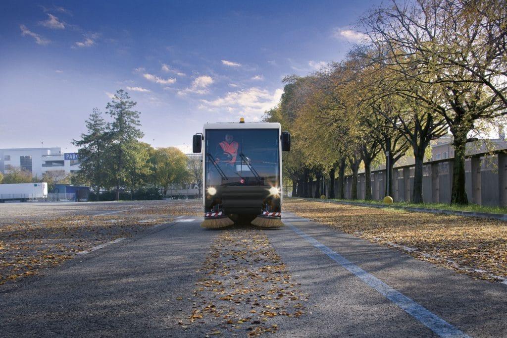 comac-cs140-spazzatrice-stradale-parcheggio-asfalto-con-foglie