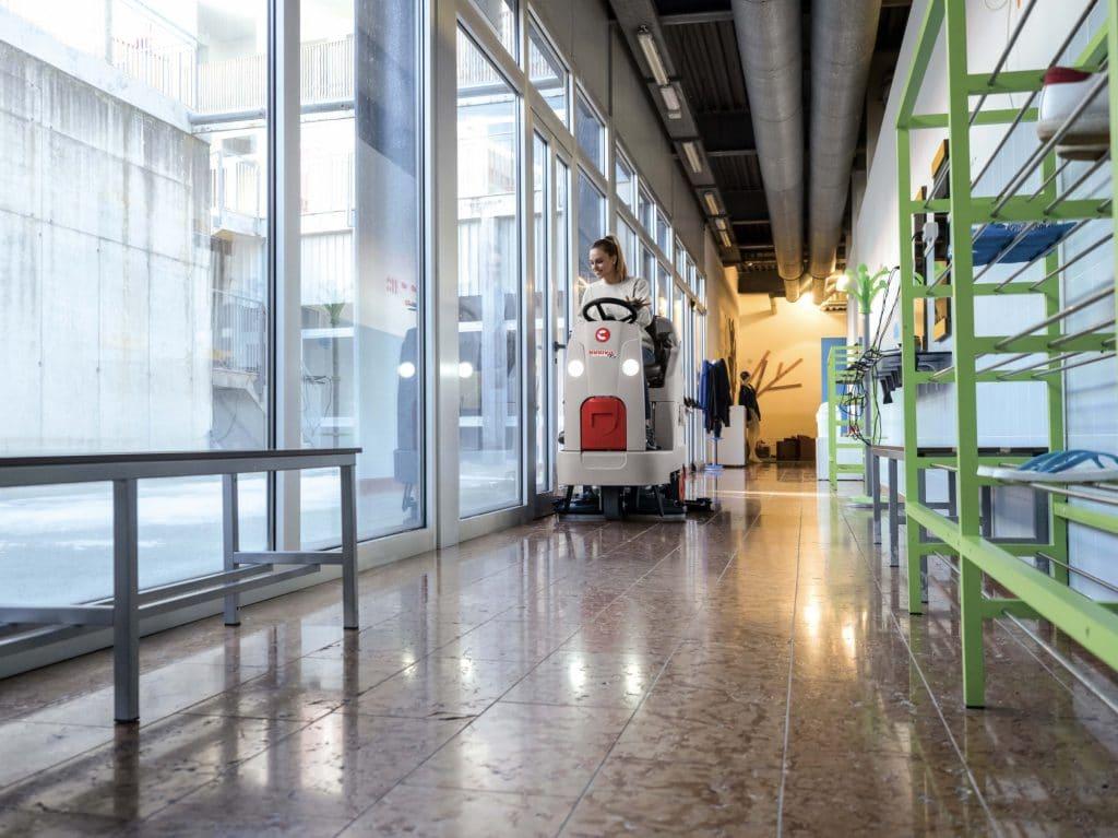 comac-innova-comfort-lavasciuga-pavimenti-corridoio-impresa-di-pulizie