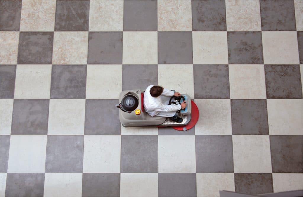 comac-monospazzola-uomo-a-bordo-cm70-hs-lucida-pavimento