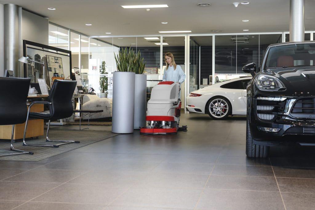 comac-versa-lavasciuga-pavimenti-showroom-automotive