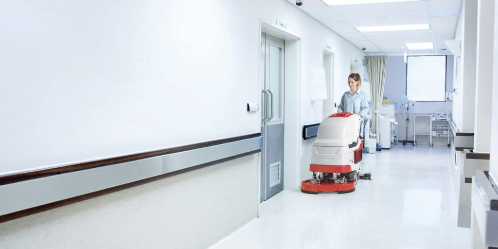 comac-versa-lavasciuga-pavimenti-uomo-a-terra-ospedale